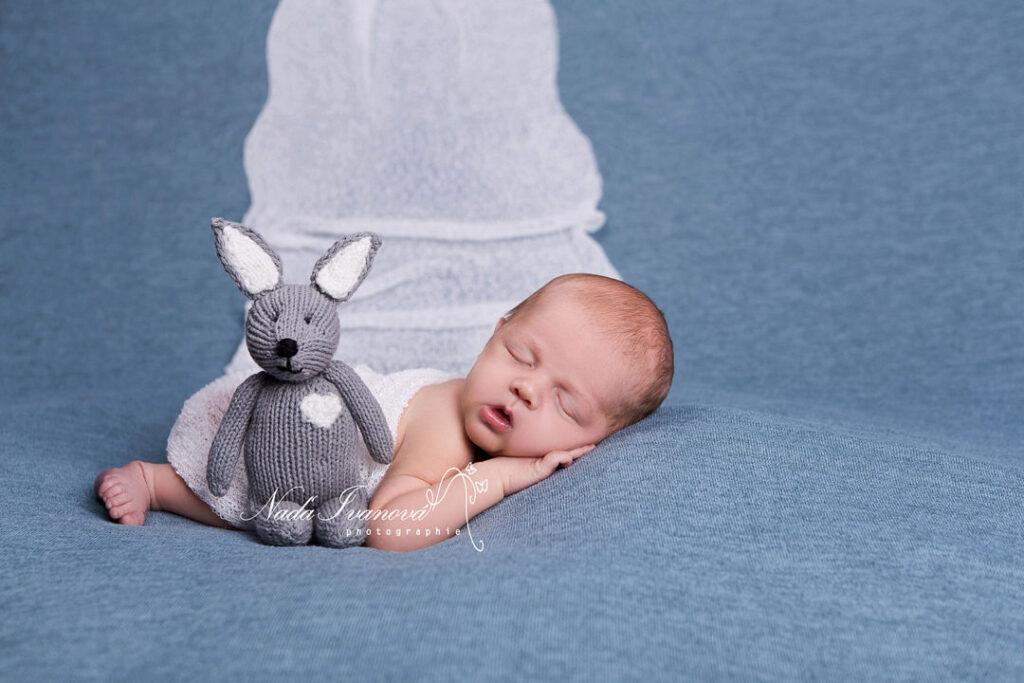 photographie bebe avec petit rat gris