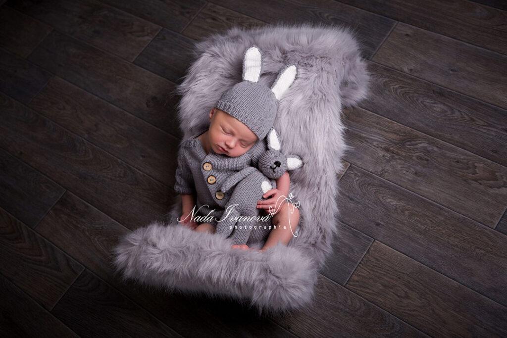 photographie bebe sur fourure grise