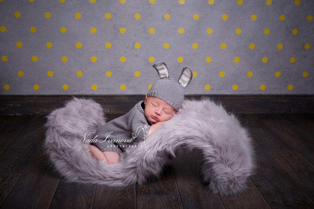 photographie bebe sur fourure grise et bonnet lapin