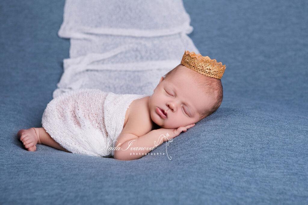 photographie bebe sur plaid bleu