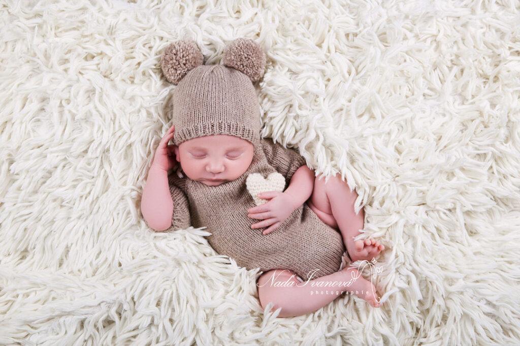 photographe bebe avec bonnet et petit coeur