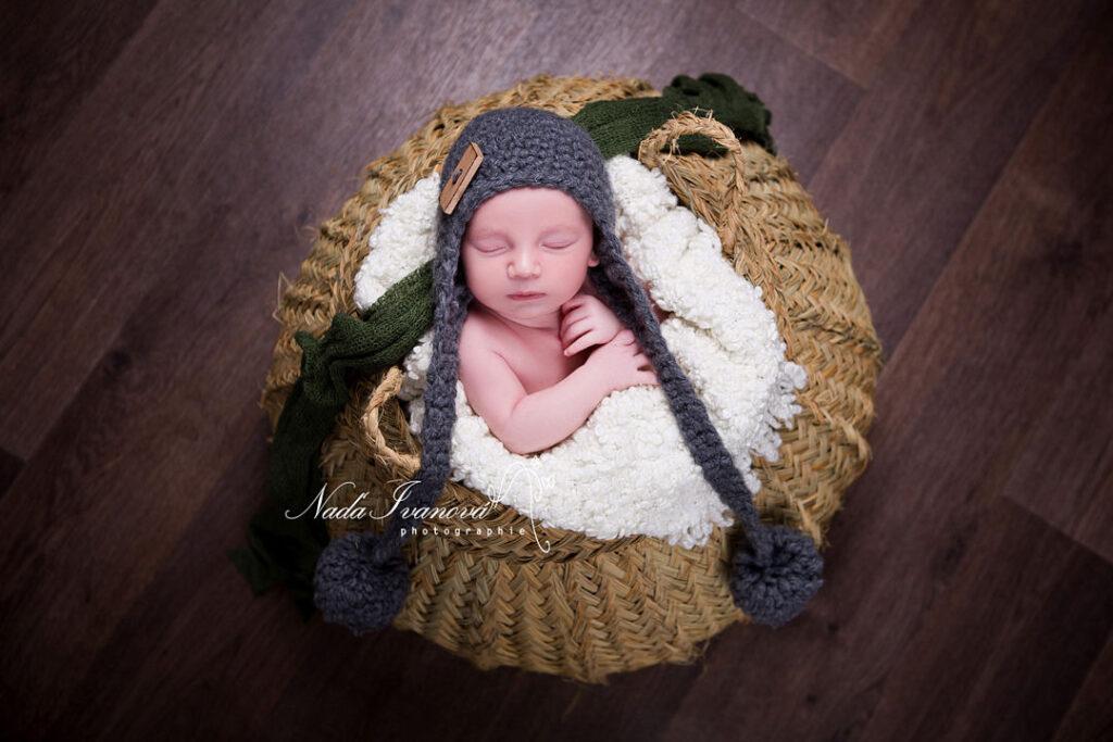 photographe bebe dans un gros panier