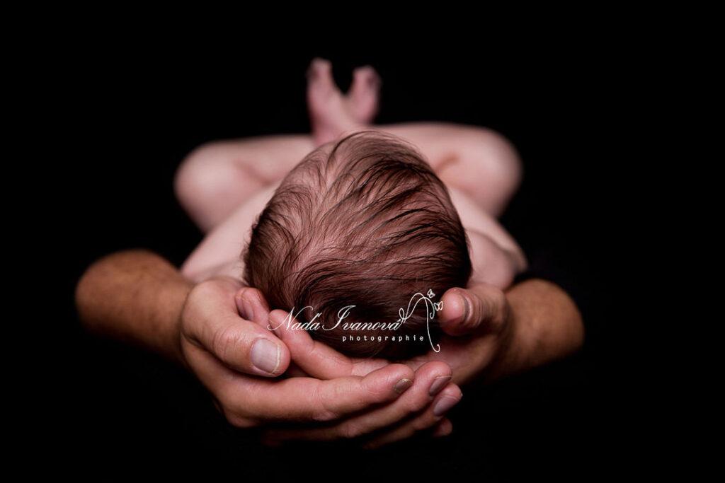 photographe beziers bebe dans les mains de papa