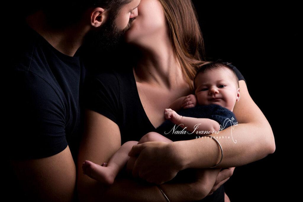 Photographe pezenas bebe dans les bras de maman