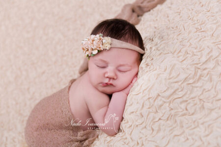 Photographe pezenas bebe dans wrap beige