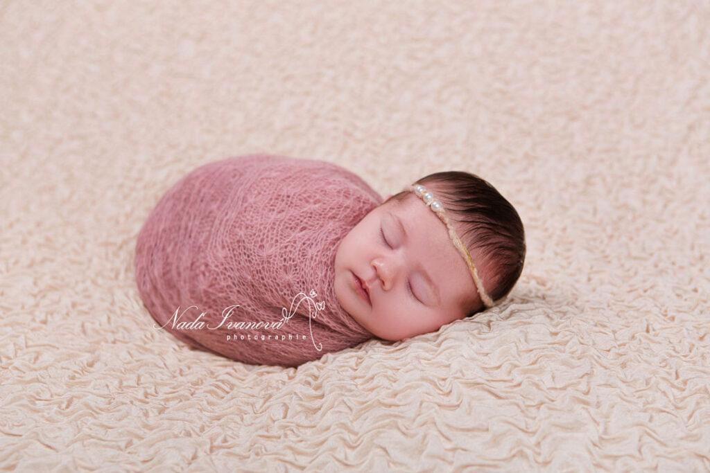 Photographe pezenas bebe dans wrap rose