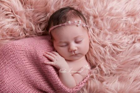 Photographe pezenas bebe sur fourure rose