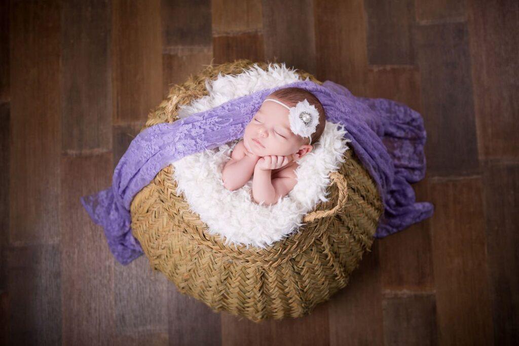 photographe bebe dans un pannier avec drapper violet