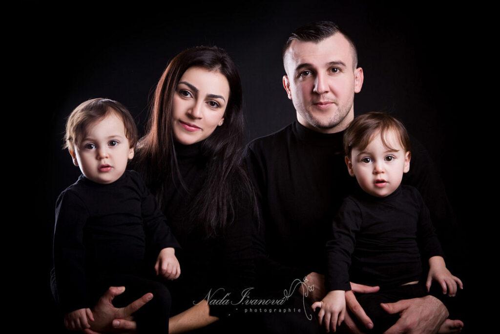 photographe beziers famille sur fond noir