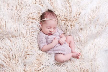 photographe nana ivanova bebe de clermont herault sur fond beige