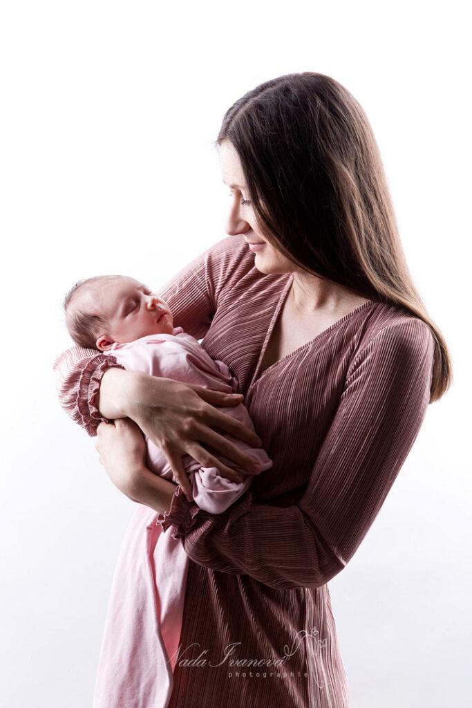 photographe nana ivanova bebe de clermont herault sur fond beige dans les bras de maman
