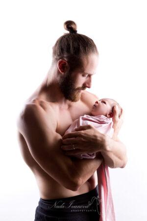 photographe nana ivanova bebe de clermont herault sur fond beige dans les bras de papa