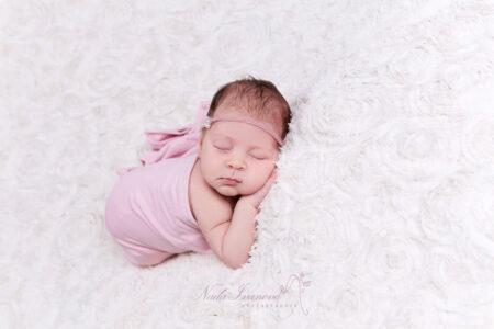 photographe nana ivanova bebe de clermont herault sur fond beige dans un wrap rose