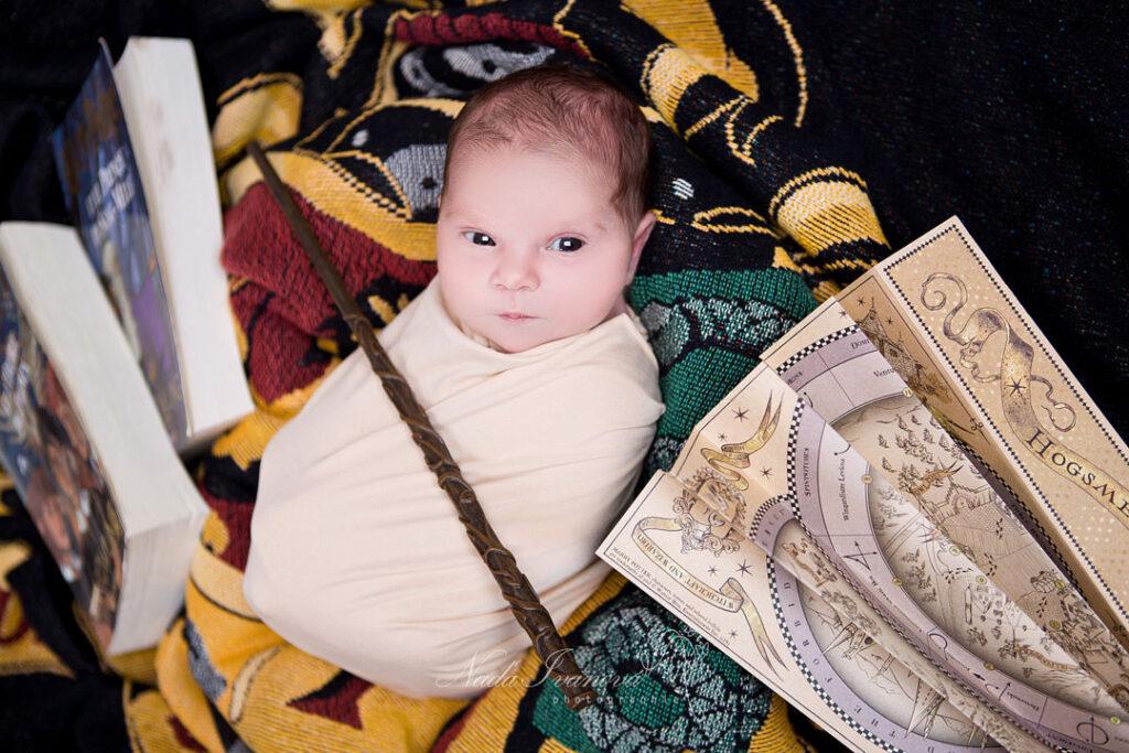 photo de bebe a agde par la photographe nada ivanova avec la baguette harry potter
