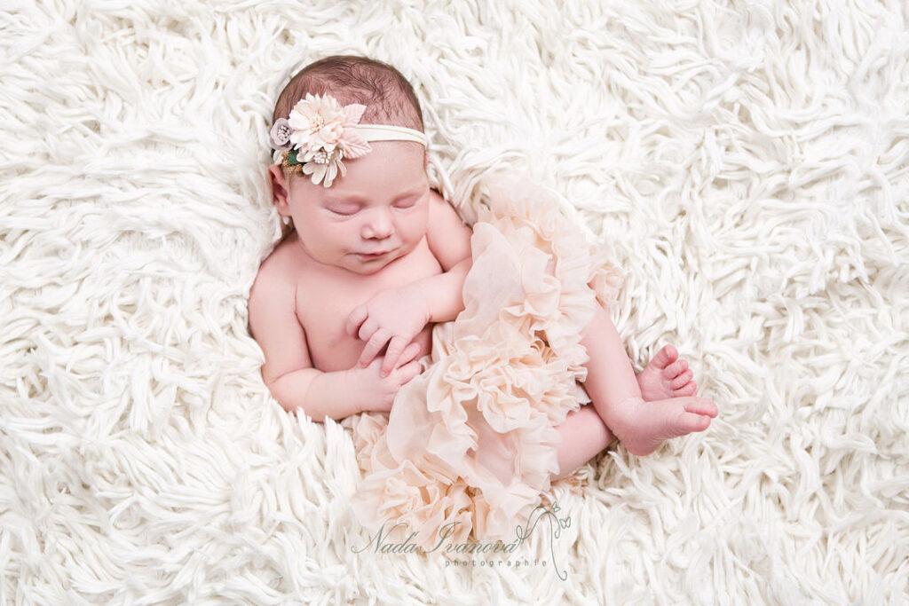 photo de bebe a agde par la photographe nada ivanova sur une fourure blanche