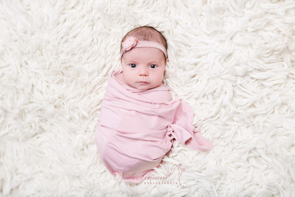 photographe bebe beziers bien emaillote en rose