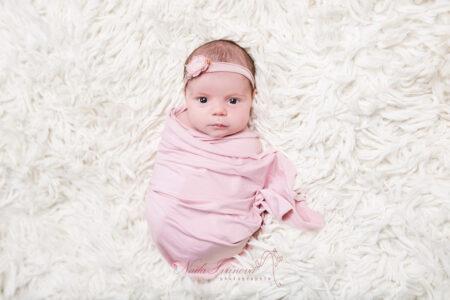photographe bebe beziers bien emaillote en rose