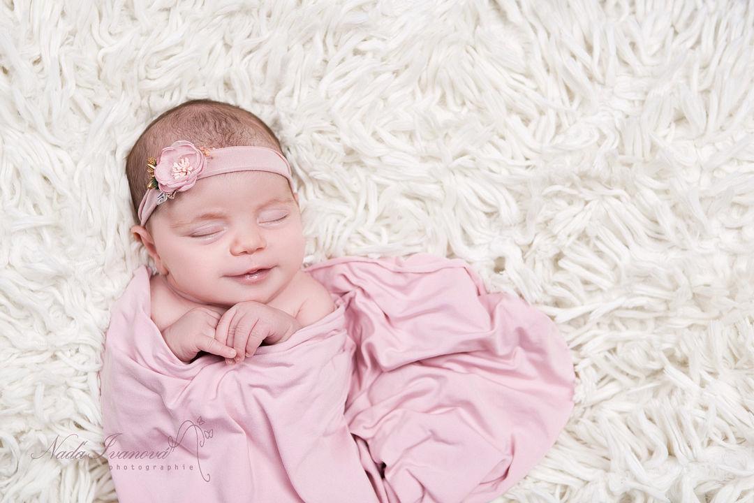 photographe bebe beziers dans du rose