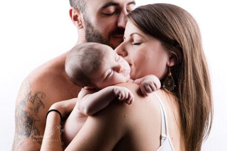 photographe bebe beziers dans les bras de maman