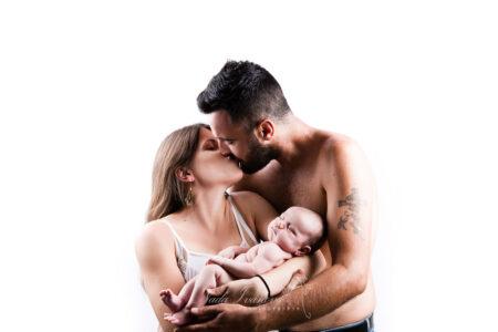 photographe bebe beziers dans les bras des parrents