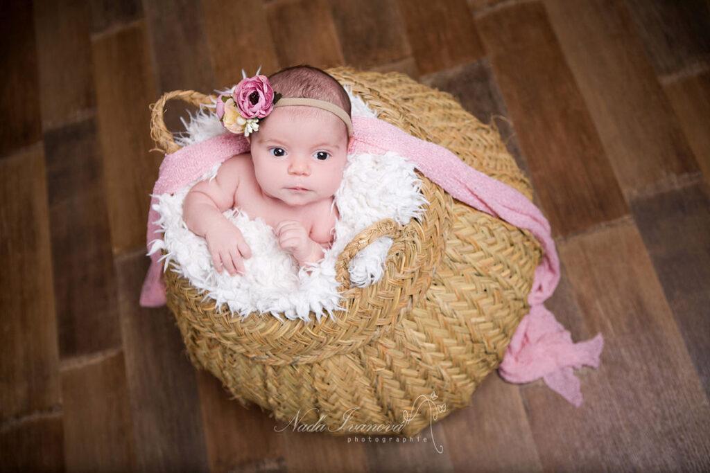 photographe bebe beziers dans un gros paniers vegetal