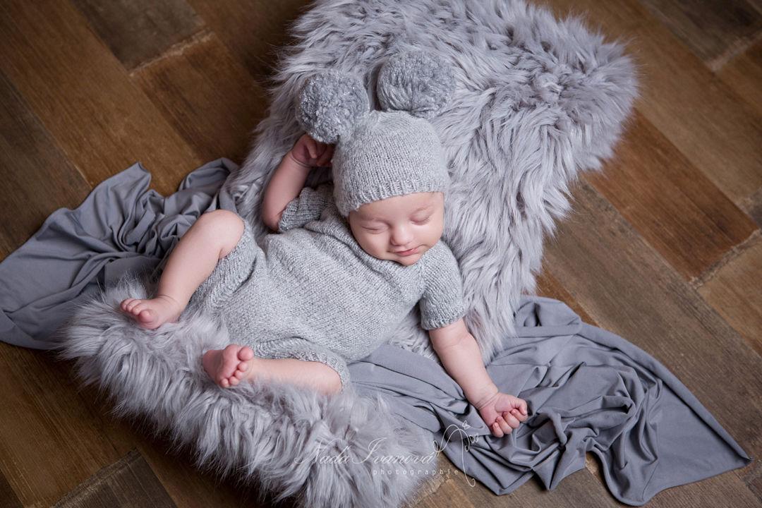 photographe bebe millau sur fourure grise