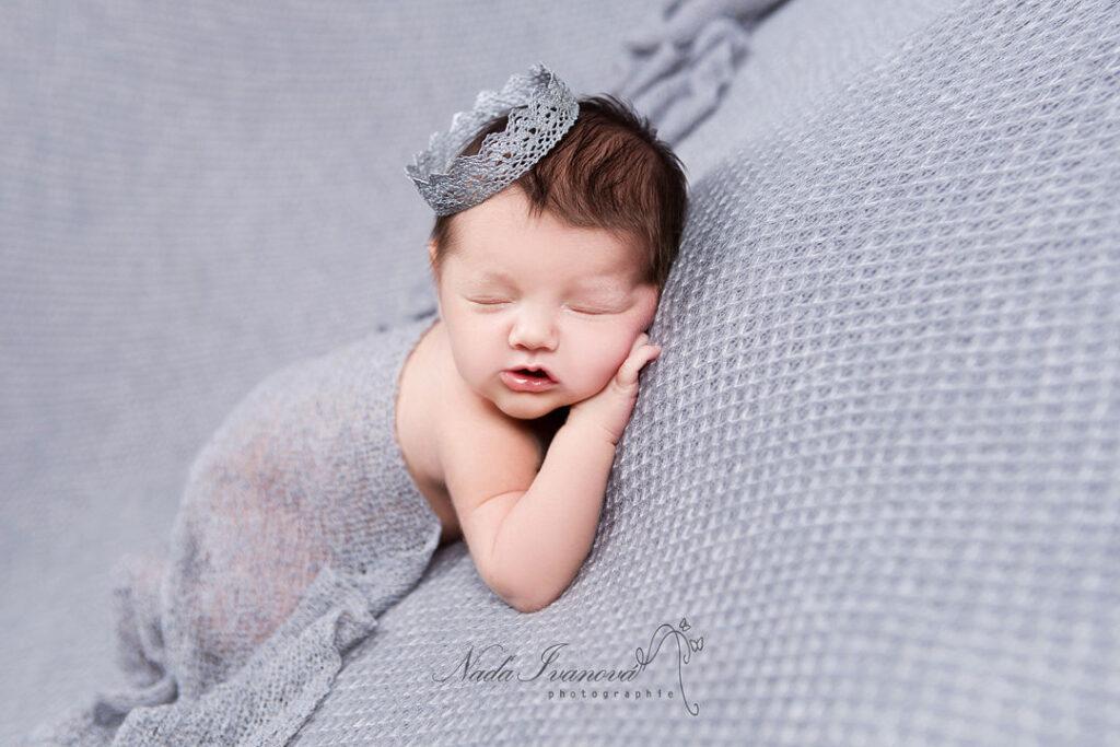 photographe bebe montpellier sur fond gris