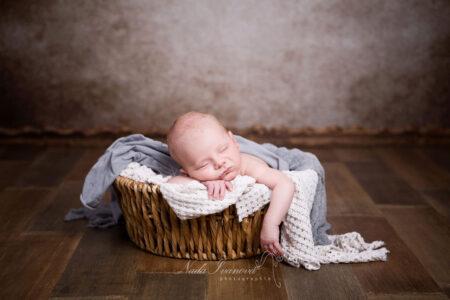 photo de bebe beziers dans un pannier vegetal par nada ivanova