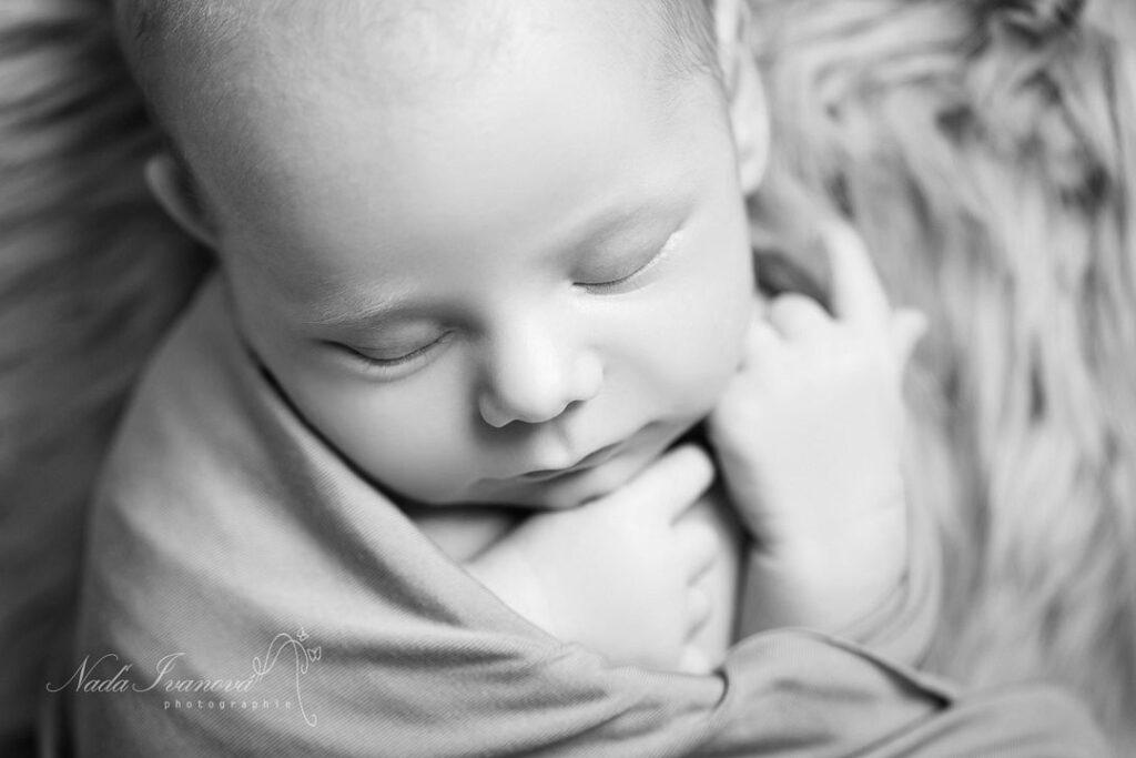 photo de bebe beziers qui dort emmaillote par nada ivanova